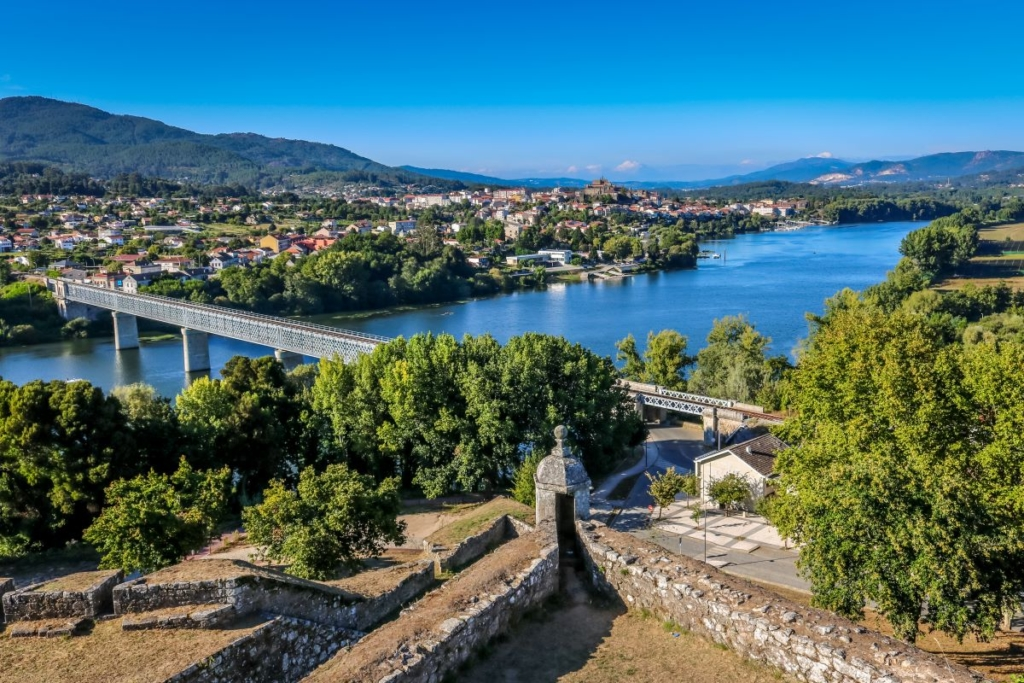 In der Stadt Tui geht es auf dem portugiesischen Jakobsweg über die Grenze von Portugal nach Spanien.